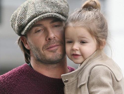 Cô bé thường được bố David bế đi chơi cũng như tham dự các sự kiện lớn và được mẹ và các anh yêu thương chăm chút.