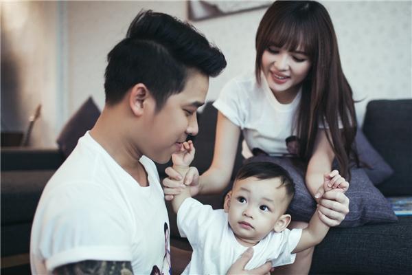 Tuy nhiên một lý do quan trọng hơn cả đó là sự ủng hộ của bà xã Việt Huê. Lê Hoàng cho hay, sau khi sinh bé Chip, bà xã đã phải tạm gác lại công việc diễn viên để tập trung chăm sóc con cái và kinh doanh cùng chồng.