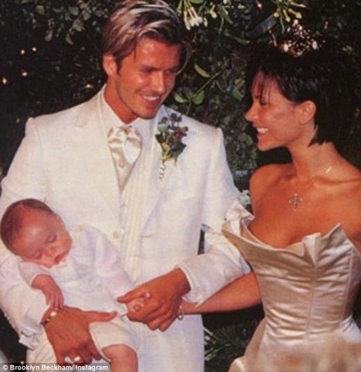 Brooklyn ngày ấy chỉ là đứa bé ngủ gật trong bức ảnh cưới của bố mẹ.
