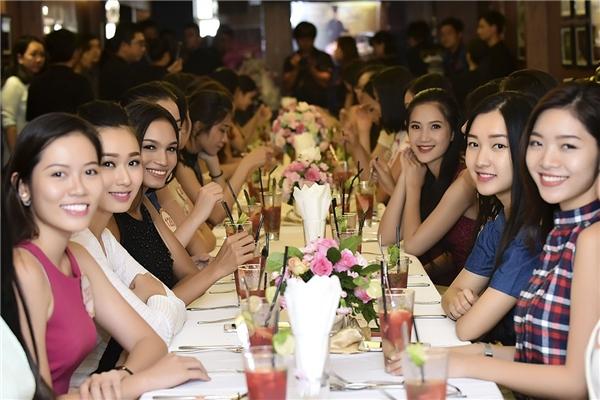35 cô gái đã được ban tổ chức chính thức chào đón bằng một buổi tiệc sang trọng, ấm cúng. Đây cũng là dịp để họ có thể hiểu về nhau nhiều hơn qua những câu chuyện thú vị.