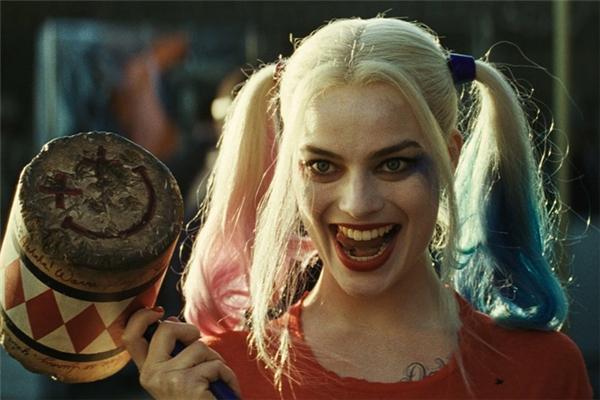 Chỉ với một cái cười ngoác miệng, một cái nháy mắt hay một cái ngoáy mông, Harley Quinn của Margot Robbie dư sức làm lu mờ dàn nam nhân vai u thịt bắp hùng hậu trong phim.
