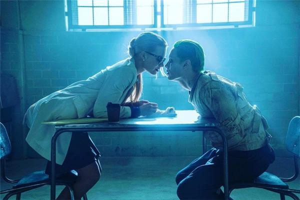 Không phải ai khác, đó chính là The Joker (Jared Leto) khét tiếng, kẻ mà Harleen đã yêu một cách cuồng si và mê muội, cho dù cô là người được chỉ định chữa căn bệnh điên của hắn.