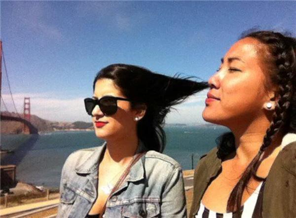 Cô gái này có chiếc mũi siêu năng lực thì phải, hít được cả mái tóc của bạn mình.