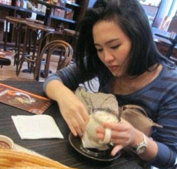 Đoạn băng ghi hình tại quán cà phê cho thấy cảnh Jessica cho thuốc độc vào ly cà phê của Wayan.