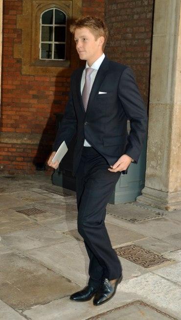 Hugh xuất hiện bảnh bảo trong bộ suit đen.