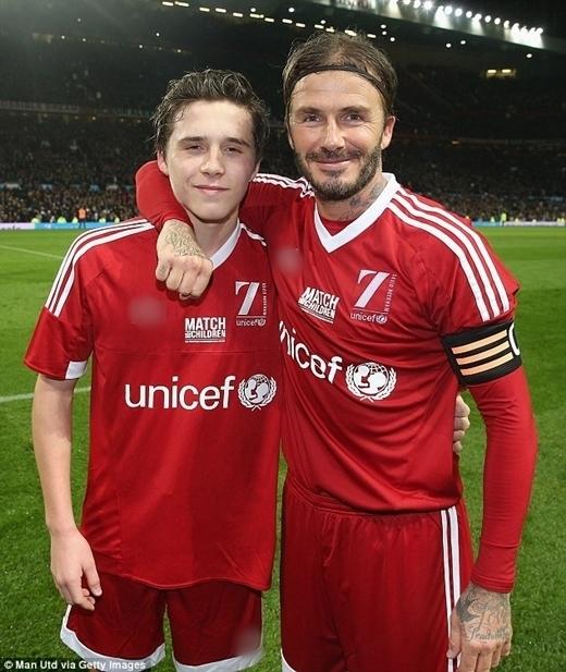 Brooklyn cũng có niềm yêu thích bóng đá và rất háo hức khitham gia một trận thi đấu cùng với David Beckham.