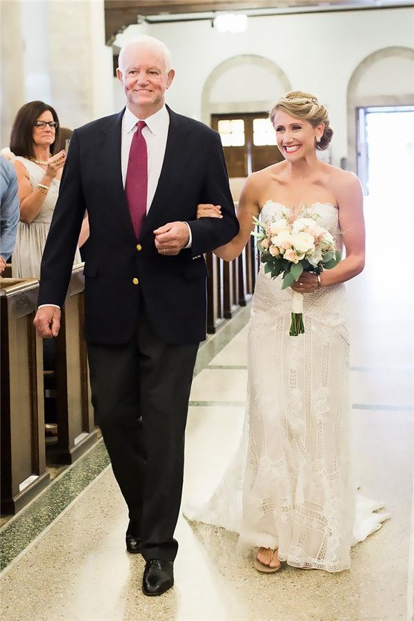 Ông Arthur đưa chị Jeni vào lễ đường.(Ảnh: Internet)