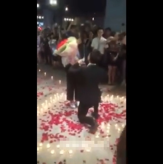 Náo loạn rạp phim với màn cầu hôn lãng mạn của cặp đôi Hà thành