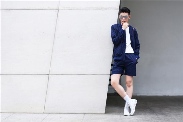 Áo khoác bomber trở thành xu hướng được phái mạnh ưa chuộng bậc nhất trong mùa hè năm nay. Sử dụng sắc xanh trầm mặc, Đào Bá Lộc tạo điểm nhấn cho tổng thể với sắc trắng tinh khôi của áo phông cùng giày thể thao.