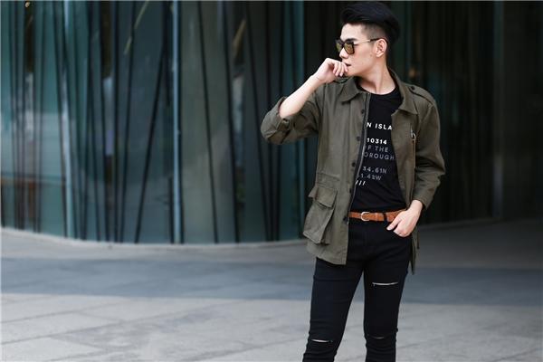 Cả cây đen trầm mặc được Đào Bá Lộc mang đến hơi thở mới mẻ hơn với áo khoác phom rộng có gam màu xám xanh. Chi tiết túi hộp to bản, khóa kéo, cúc áo kết hợp với nhau tạo nên một tổng thể hài hòa.