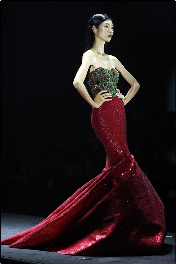 """Bộ sưu tập gồm 13 mẫu thiết kế đầm dạ hội,chủ yếu xoay quanh dáng đuôi cátheochủ đề """"Hào quang"""", khắc họa sự tỏa sáng của nữ ca sĩ thông qua các phụ kiện lấp lánh."""