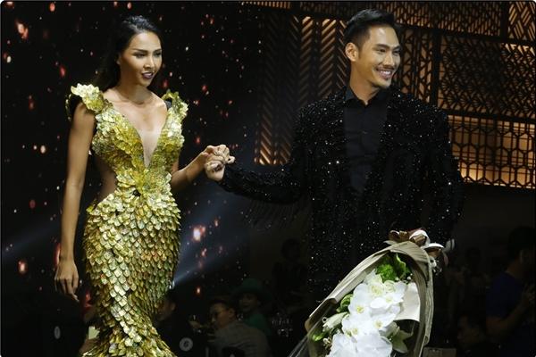 Lý Quí Khánh nắm chặt tay Minh Triệu, tươi cười hạnh phúc trong tiếng vỗ tay của mọi người.
