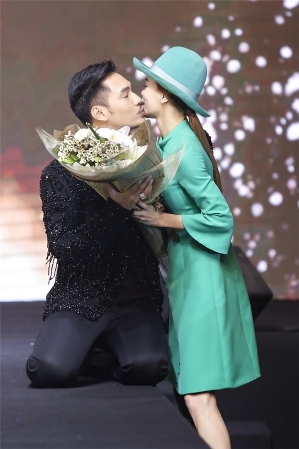 Hồ Ngọc Hà đã trao cử chỉ thân mật với nhà thiết kế cùng bó hoa tươi thắm.