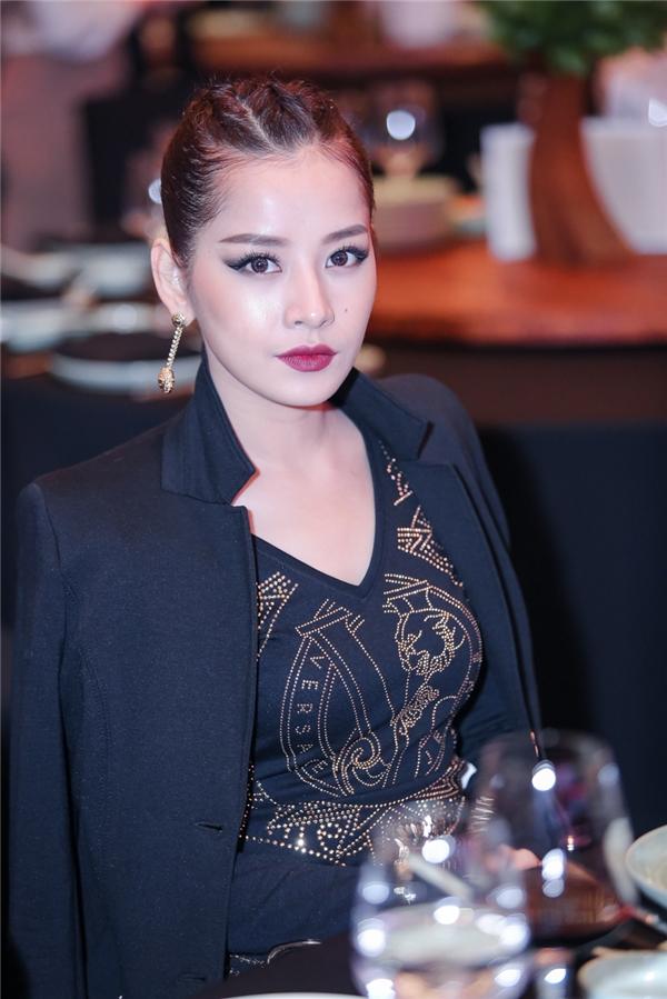 Dù bị sốt cao nhưng Chi Pu vẫn cố gắng đến tham dự sự kiện. Nữ diễn viên gây ấn tượng mạnh với lối trang điểm đậm, cá tính. - Tin sao Viet - Tin tuc sao Viet - Scandal sao Viet - Tin tuc cua Sao - Tin cua Sao