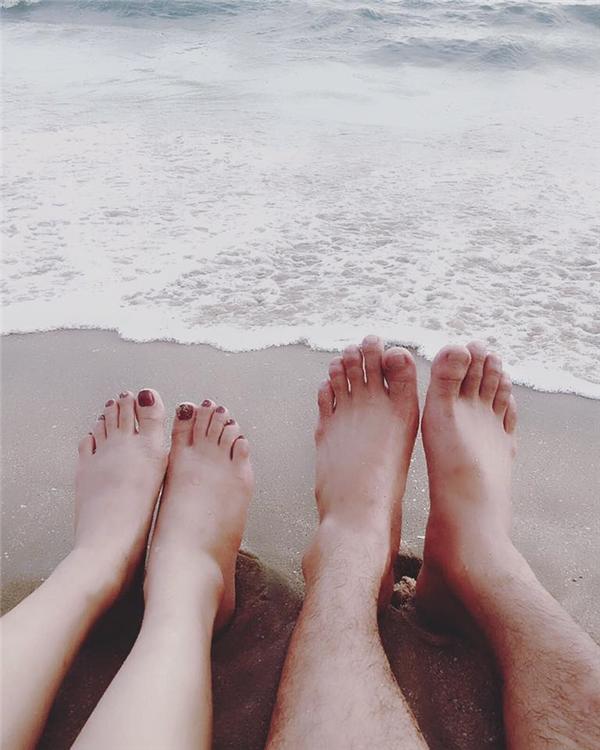 Cả hai hạnh phúc ngồi trên cát, ngắm biển. - Tin sao Viet - Tin tuc sao Viet - Scandal sao Viet - Tin tuc cua Sao - Tin cua Sao