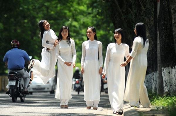 Ngày nay, với sự du nhập văn hóa từ bên ngoài, nhiều trường học trên cả nước đã có những bộ đồng phục cho riêng mình với áo sơ mi quần âu xanh hoặc xanh đen cho nam và quần hoặcváy cho nữ, thế nhưng áo dài trắng vẫn được xem là đồng phục truyền thống góp phần tôn lên vẻ đẹp thướt tha, yêu kiều của nữ sinh Việt Nam.