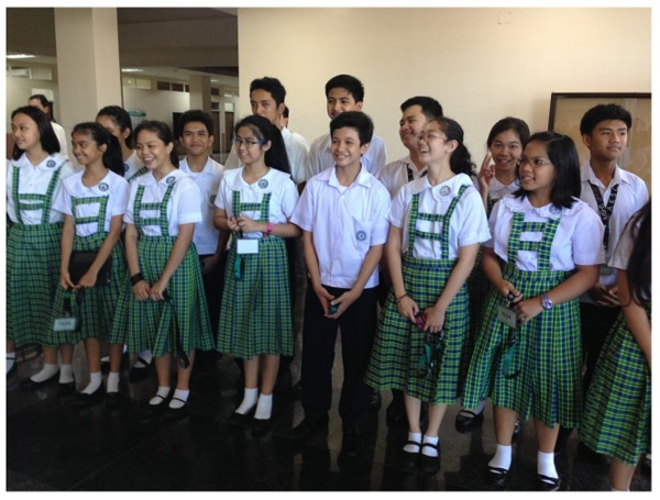 Các trường công lập và tư thục Philippines đều yêu cầu học sinh mặc đồng phục và có một số ngày cụ thể học sinh có thể mặc thường phục. Đồng phục học sinh tiểu học thường có màu trắng, xanh lá đậm và nâu nhạt. Học sinh trung học phổ thông có đồng phục đa dạng màu hơn.
