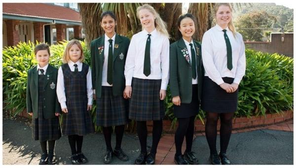 Các trường học của New Zealand theo phong cách đồng phục của Anh, tuy nhiên, một số trường công lập thay áo khoác với cà vạt và quần dài bằng áo thun rộng và quần sóc ghi cho nam.