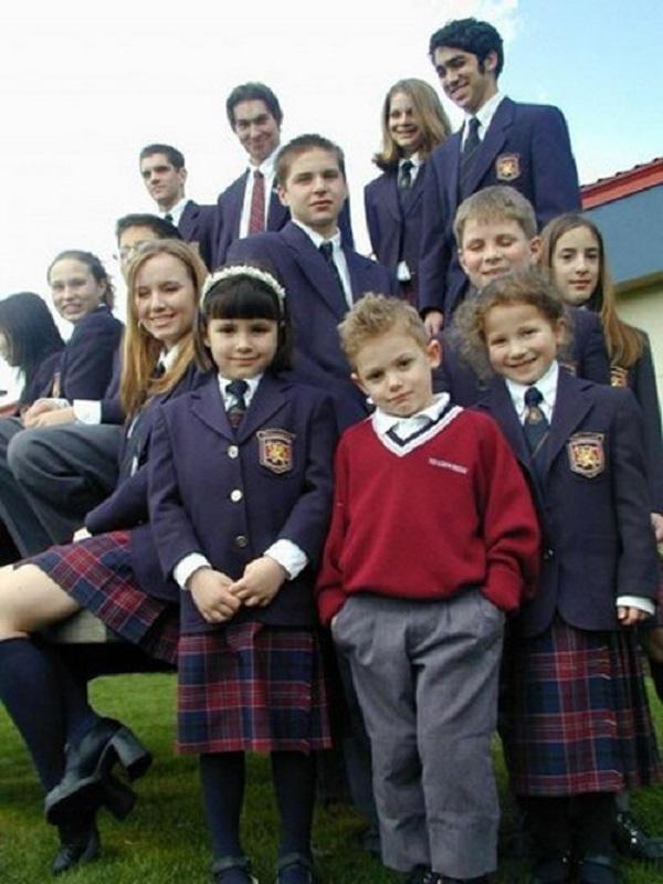 Đồng phục của học sinh Úc chịu ảnh hưởng phong cách của đồng phục Anh, học sinh bắt buộc phải đi giày da đen, nữ sinh thì mặc váy hoặc quần váy sọc kẻ caro.