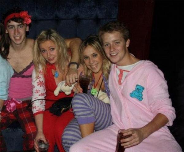Hugh vui vẻ trong một bữa tiệc ngủ cùng bạn bè.