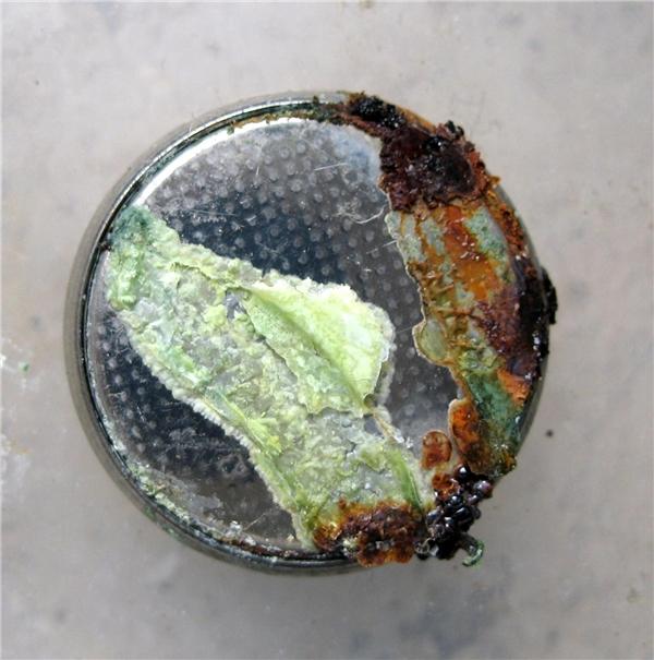 Dung dịch hóa chất bị xì ra khỏi viên pin. (Ảnh: internet)