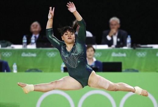 Nữ vận động viên hình như đang múa vũ điệu thiên nga thì phải.
