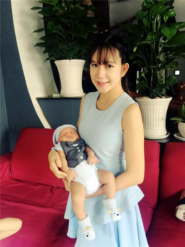 """Cựu hot girl tiết lộ rằng cô đãgiảm 10kg và với vòng bụng 12cm, """"bà mẹ bốn con"""" tự tin diện những trang phục quyến rũ. - Tin sao Viet - Tin tuc sao Viet - Scandal sao Viet - Tin tuc cua Sao - Tin cua Sao"""