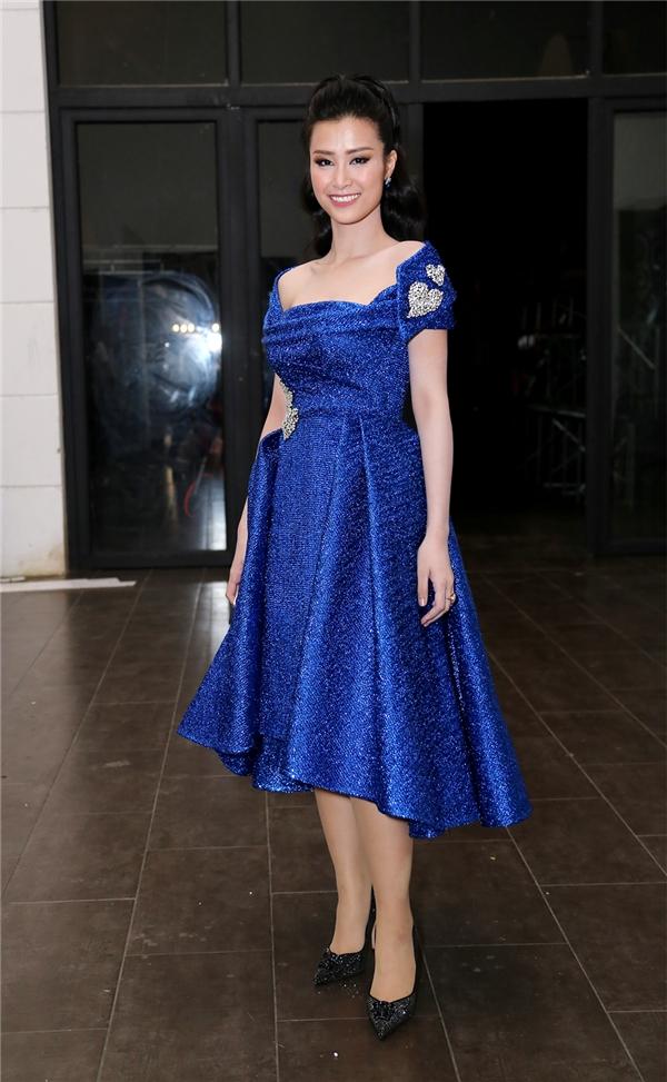 Xuất hiện khá sớm trong hậu trường Vietnam Idol 2016, Đông Nhi hờ hững khoe đôi vai trần gợi cảm trong chiếc váy xanh nổi bật. - Tin sao Viet - Tin tuc sao Viet - Scandal sao Viet - Tin tuc cua Sao - Tin cua Sao