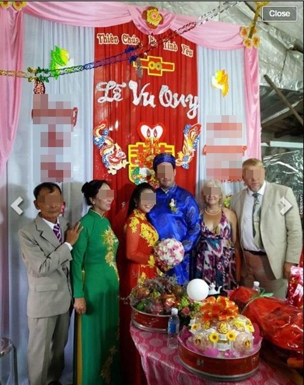 Cô dâu chú rểhạnh phúc bên gia đình. (Nguồn: Internet)