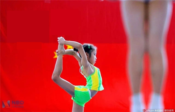 Một nữ vận động viên trẻ môn thể dục dụng cụ phải giành chiến thắng trước 2.000 đối thủ khác mới giành được tấm vé tham dự Olympic.