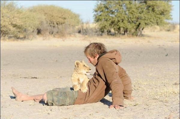 Valentin giống như vị anh hùng, chỗ nương tựa cho chú sư tử nhỏ.