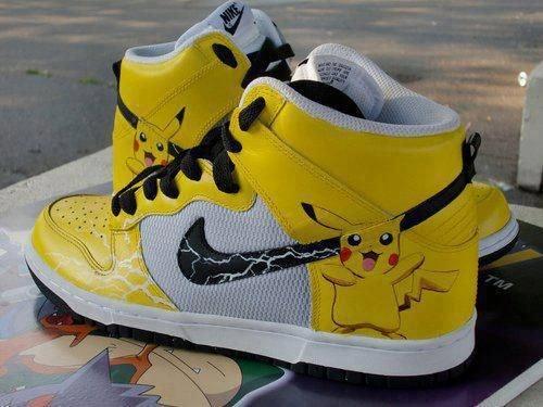 Một đôi giày của hãng Nike có in họa tiết lấy cảm hứng từ Pikachu của Pokemon.