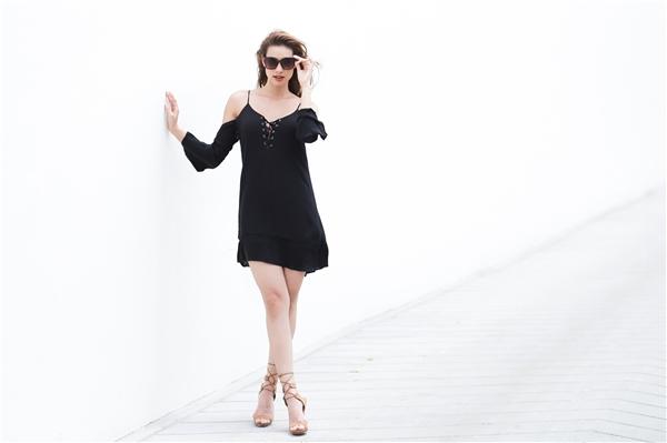 Chỉ với chiếc váy rộng cổ điển, Lilly vẫn cực kì thu hút với mốt xẻ ngực đan dây chéo hợp xu hướng. Một chiếc mắt kính gọng to đi kèm sẽ giúp tổng thể trở nên bắt mắt hơn.