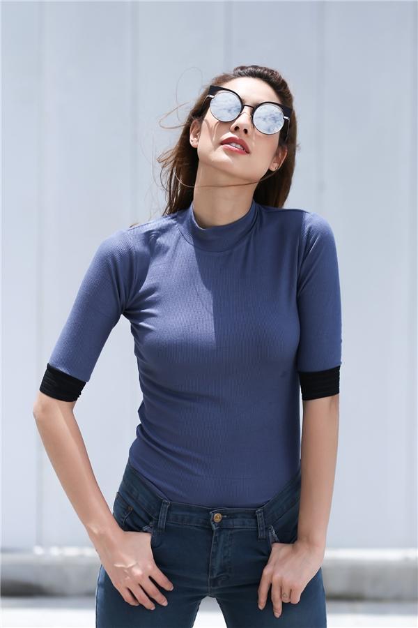 Áo phông cổ lọ ngắn phối quần jeans, người bạn đồng hành quen thuộc của các cô gái trong việc mang đến vẻ ngoài năng động, trẻ trung.