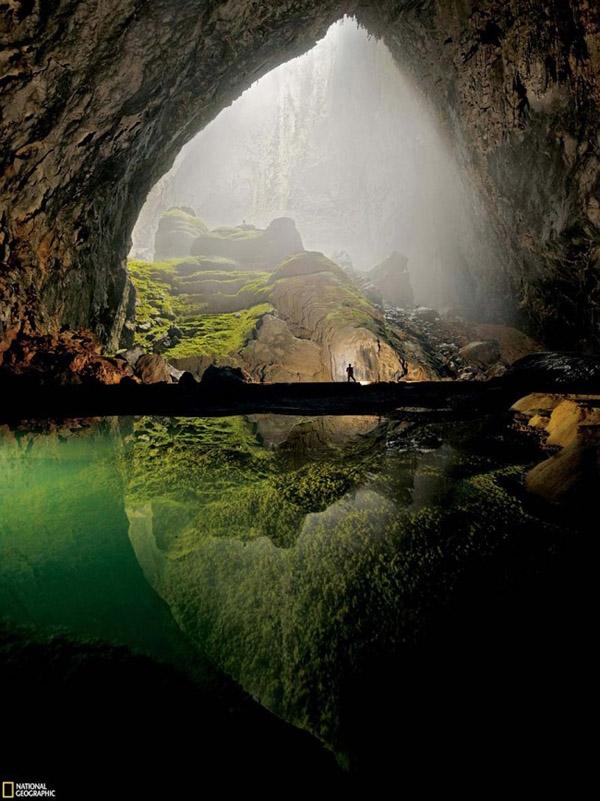 1. Con người trở nên nhỏ bé giữa thiên nhiên kỳ vĩ. Khung cảnh kìdiệu này không ở nơi nào xa xôi trên Trái Đất mà đây là một góc của Động Sơn Đoòng, Việt Nam.