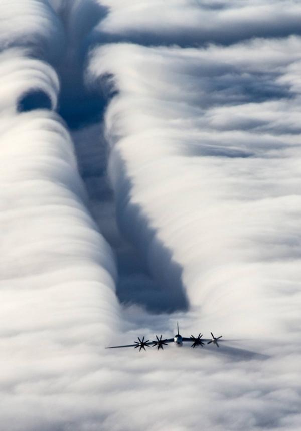 2. Đây là hình ảnh đám mây khổng lồ bị cắt đôi bởi luồng khí sau cánh quạt do máy bay ném bom chiến lược Tu-95MS tạo ra. Góc nhìn cận cảnh quả thực rất kìlạ.