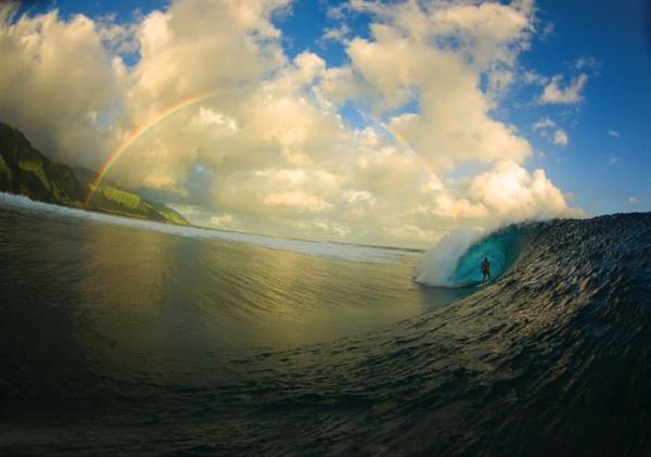 """3. Đây là hình ảnh đã thắng giải """"Bức ảnh của năm"""" trong cuộc thi Surfer Magazine contest do nhiếp ảnh gia Zak Noyle chụp được. Bức ảnh cho thấy sự hòa quyện của con người với khung cảnh thiên nhiên tuyệt đẹp."""