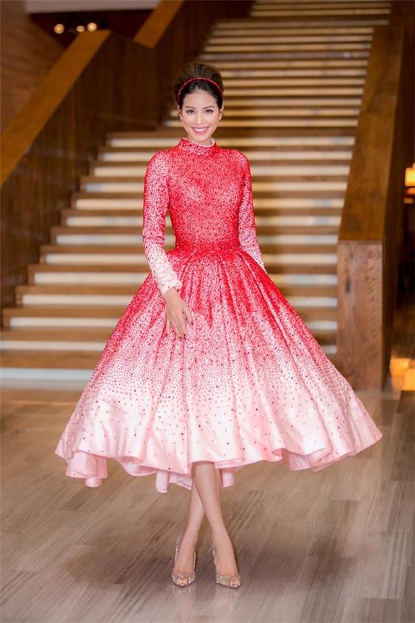 Phạm Hương chọn kiểu trang điểm, làm tóc cổ điển hòa hợp với trang phục. Hoa hậu Hoàn vũ Việt Nam 2015 kết hợp thiết kế cùng giày cao gót mũi nhọn của Christian Louboutin.