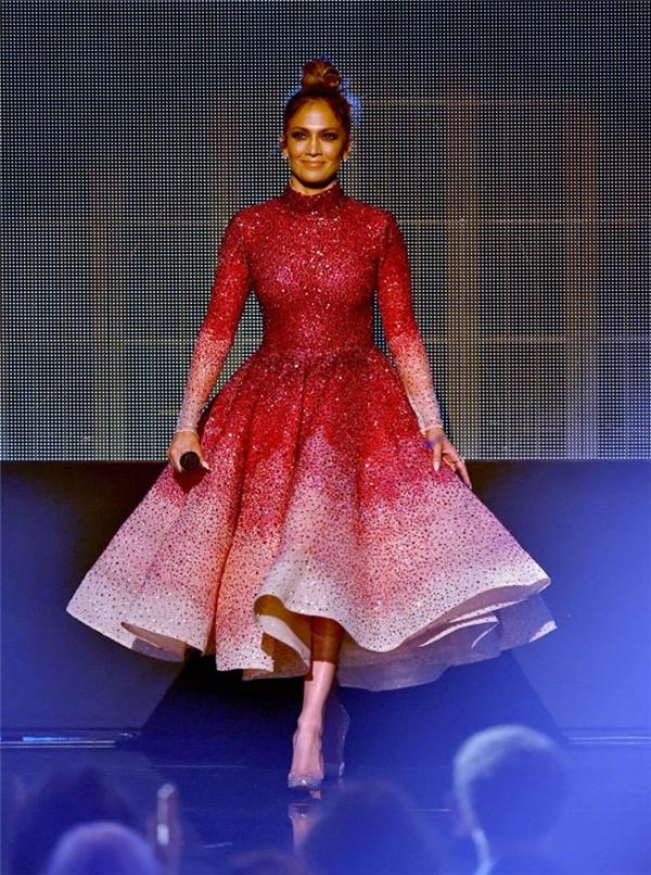 """Phạm Hương dính nghi án mặc váy """"nhái"""" Jennifer Lopez"""