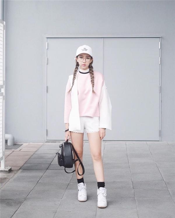 Min tích cực lăng xê quần short khoe đôi chân dài tít tắp, tạo điểm nhấn bằng cách kết hợp các loại phụ kiện nhiều màu sắc như tất chân, túi, nón.