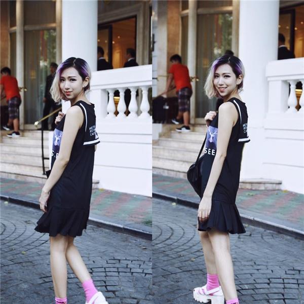 Min chủ yếu chọn trang phục có màu đen và kết hợp với nhiều loại phụ kiện khác nhau.