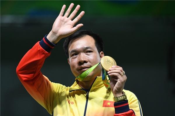 Chiếchuy chương vàng nội dung 10 m súng ngắn và huy chương bạc nội dung 50 m súng ngắn bắn chậm tại Olympic 2016 của Hoàng Xuân Vinh. (Ảnh: internet)