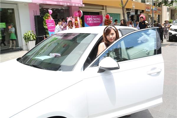 Nữ hot girl xinh đẹp tự lái xe đến tham dự sự kiện. - Tin sao Viet - Tin tuc sao Viet - Scandal sao Viet - Tin tuc cua Sao - Tin cua Sao