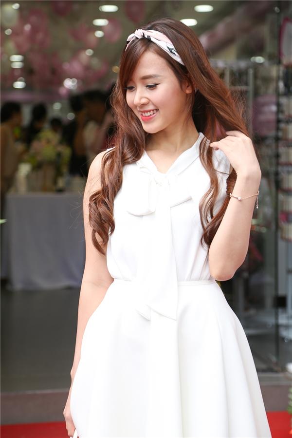 Nữ diễn viên diện chiếc đầm trắng giản dị cùng lối trang điểm nhẹ nhàng, với điểm nhấn là chiếc khăn turban. - Tin sao Viet - Tin tuc sao Viet - Scandal sao Viet - Tin tuc cua Sao - Tin cua Sao