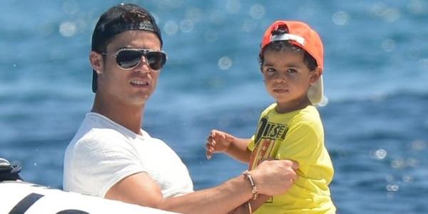 """Với thân phận là conđầy bí ẩn của siêu sao bóng đáCristiano Ronaldo, cậu bé""""tiểu Ronaldo"""" trở thànhmột trong những ngôi sao nhí được săn đón nhiều nhất thế giới."""