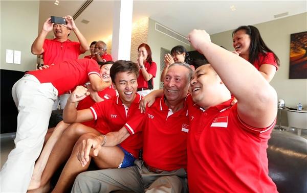 Ông Colin Schooling cùng gia đình, họ hàng, bạn bè của Joseph và một số vận động viên trong đội tuyển bơi lội quốc gia ăn mừng trước chiến thắng của kình ngư trẻ. (Ảnh: Straits Times)