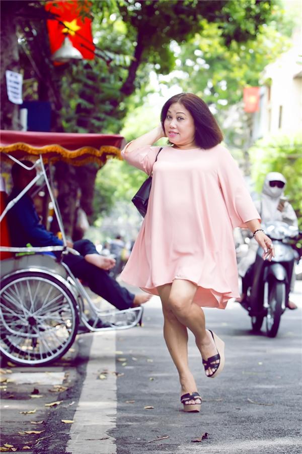 Chị không ngại ngần tung tăng trên đường phố, tạo dáng cực kỳ nhí nhảnh trong bộ đầm suông màu hồng ngọt ngào, nữ tính. - Tin sao Viet - Tin tuc sao Viet - Scandal sao Viet - Tin tuc cua Sao - Tin cua Sao