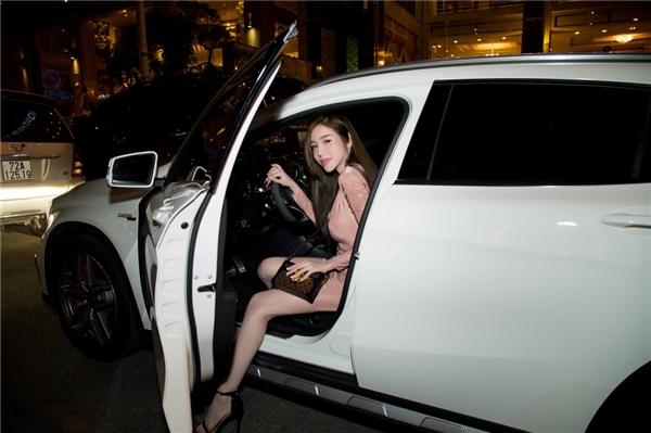 Người đẹp cũng gây chú ý khi tự lái xế hộp màu trắng sang trọng. Cô muốn chủ động trong công việc và tránh làm phiền người thân đưa đón. - Tin sao Viet - Tin tuc sao Viet - Scandal sao Viet - Tin tuc cua Sao - Tin cua Sao