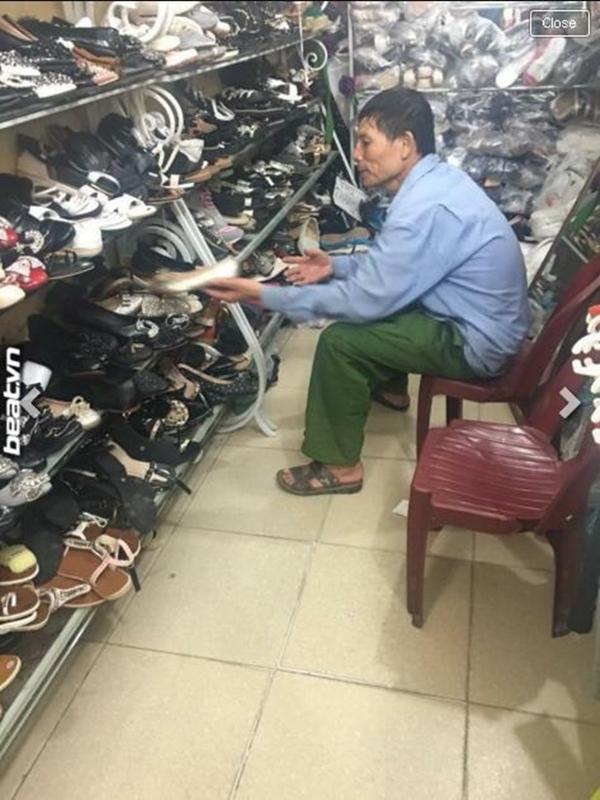 Chú cẩn thận ngồi chọn giày để mua tặng vợ.(Nguồn: Internet)