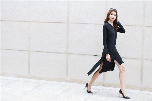 Shirtdress mang màu sắc mới mẻ với những đường cắt xẻ bất đối xứng cùng chi tiết cut-out ở ngực váy.